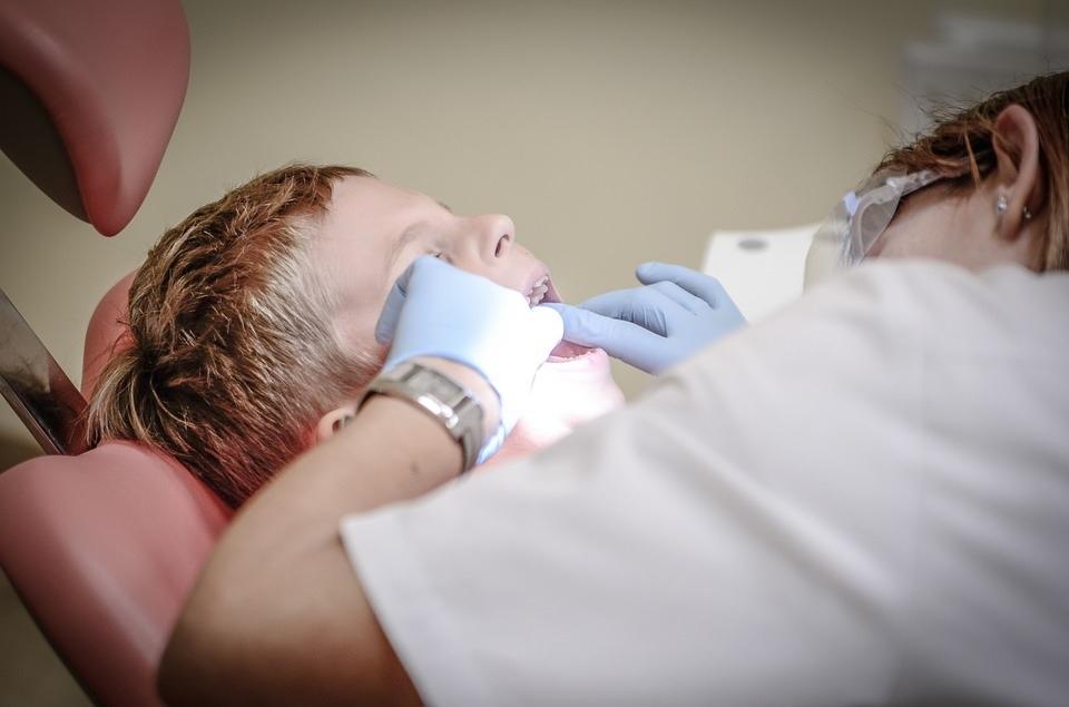 Zubař dělá plomby