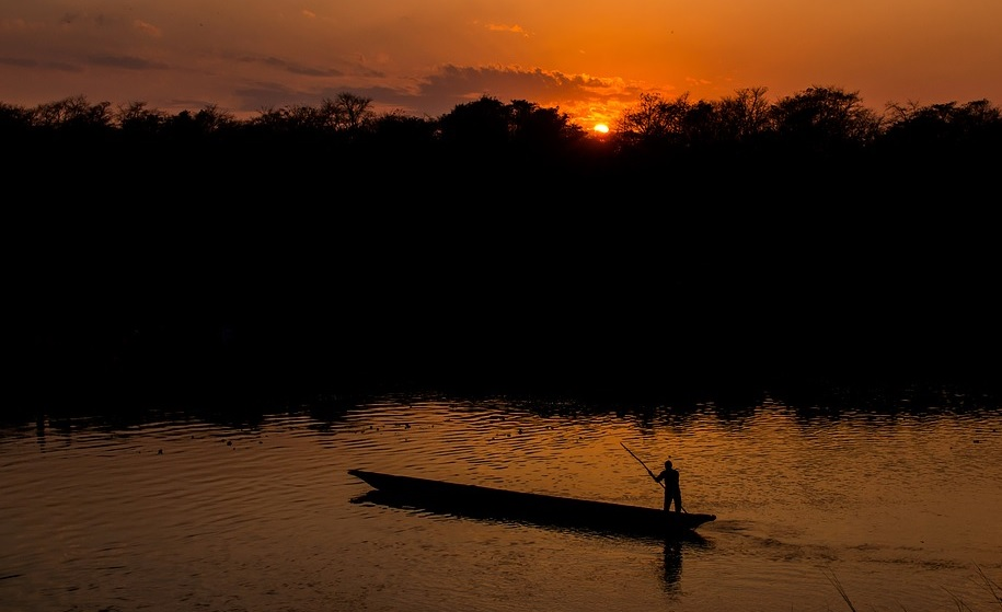 Převozníkovým bydlem je loďka a jeho jediným majetkem bidlo, kterým loďku ovládá.