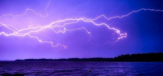 Jako blesk z čistého nebe = znenadání, zničehonic, zčistajasna